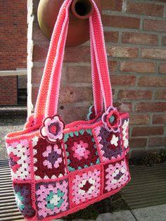 fleurige tas in granny square naar een patroon gevonden op hakenenmeer