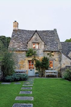 Discover amazing real homes on HOUSE – design, food & travel by House & Garden. … Discover amazing real homes on HOUSE – design, food & travel by House & Garden. Escape to this eighteenth-century cottage in the Cotswolds. Garden Cottage, Cozy Cottage, Cottage Living, Cottage Homes, Home And Garden, Romantic Cottage, Country Living, Country Style, Fairytale Cottage