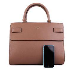 Je to značková kabelka Guess z kolekcie Jeseň 2017. Táto kabelka obohatí šatník každej dámy a dodá jej sebavedomie. Kabelka sa nosí v rukách a taktiež na zohnutom predlaktí a hneď si ju obľúbite vďaka modernej farbe. Zlaté kovanie a detailne spracovaná koža robí túto kabelku luxusnou.