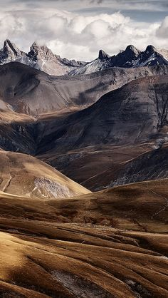Mountains and Sky. Anyone else hoping we can get out to places like this soon? Beautiful World, Beautiful Places, Landscape Photography, Nature Photography, Nature Aesthetic, Mountain Landscape, Oil Painting Abstract, Nature Wallpaper, Iphone Wallpaper
