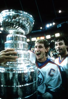 Wayne Gretzky of the Edmonton Oilers holds the Stanley Cup after Game 7 of the 1987 Stanley Cup Finals against the Philadelphia Flyers on May 31 Stars Hockey, Hockey Mom, Ice Hockey, Hockey Playoffs, Hockey World, Wayne Gretzky, Pittsburgh Penguins Hockey, Nhl Players, Edmonton Oilers