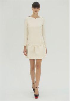 Loving the neck line    VB Spring Summer 2012 / Vestido de manga larga en color blanco diseñado por Victoria Beckham para la temporada primavera-verano de 2012.