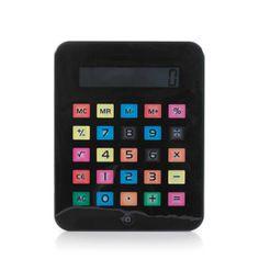 Calculadora iTablet. Si eres un fanático de los productos de la marca de la manzana. Esta fabulosa calculadora de diseño te hará recordar alguno de sus afamados smartphone o tablets. Es ideal para personas mayores con visibilidad reducida para que puedan hacer sus cuentas tranquilamente sin que el tamaño llegue a ser un inconveniente. Dispone de 8 dígitos. Funciona con 1 pila LR1130 incluida. Medidas: 24 x 19 x 1.2 cm