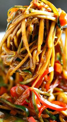 Zucchini Noodle Cashew Stir Fry ~ The sauce is slightly sweet with a kick of heat and the cashews throughout give it a nice crunch and texture. Zucchini Noodle Recipes, Zoodle Recipes, Spiralizer Recipes, Vegetarian Recipes, Cooking Recipes, Healthy Recipes, Freezer Recipes, Freezer Cooking, Drink Recipes