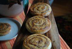 Diós csiga Muffin, Pudding, Breakfast, Holidays, Dios, Morning Coffee, Holidays Events, Custard Pudding, Holiday