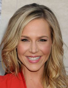 198 Best Of Celebrity Hairstyles With Wangs - Hairstyles 2019 Julie Benz, Just Beauty, Celebrity Hairstyles, Get The Look, Girl Crushes, Beautiful Women, Vogue, Actresses, Celebrities