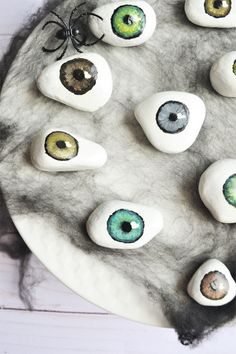 DIY Halloween Decorations: Spooky Tray of Eyeballs! - Making Things is Awesome Make your own Spooky Tray Of Eyeballs. This fun Halloween decoration would be awesome at the front dorr or on your bar! It's fun & easy DIY Halloween Decor! Soirée Halloween, Halloween Crafts For Toddlers, Halloween Costumes, Women Halloween, Halloween Makeup, Halloween Couples, Halloween Recipe, Halloween Office, Halloween Parties