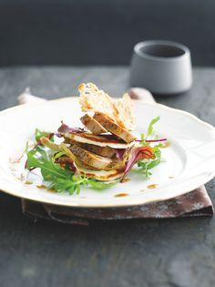 bereiden: Bestrooi de fazantfilets met zout en peper. Laat de filets in een mengeling van boter en olijfolie 4 min. aan elke kant bakken en laat dan rusten in aluminiumfolie. Snijd het meergranenstokbrood in fijne sneden en droog in een voorverwarmde oven van 80°C. Klop de mosterd met de azijn, de olie en rodebessengelei tot een dressing. Breng op smaak met zout en peper. Snijd de manouri in schijfjes en bak aan beide zijden goudbruin.