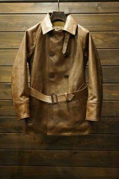 20年代~30年代にモーターサイクルウェアとして着用されていたコートがベースになっています。スポーツコートの名の通り、ラグランスリーブ仕様でレザーコートとは思えない運動性の良さがあります。裏地は身頃がウール、袖は薄く中綿の入ったナイ