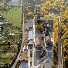 En el sur de Charleroi, el Bois du Cazier es un paraje de vida e intercambio sobre un fondo de patrimonio industrial. Enclavado en plena naturaleza, este importante conjunto arquitectónico está rodeado de 3 escoriales transformados en itinerarios para practicar el senderismo.
