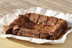Enfin presque...Je vous propose aujourd'hui une nouvelle recette de brownie au chocolat dont le résultat est fondant, très fondant même avec la petite couche craquante sur le dessus.J'ai trouvé la recette sur le joli blog de Laura J'ai repris sa recette...