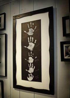 Odciski rączki Twojego dziecka też nadadzą się na obraz i tym samym na dekorację pokoju.
