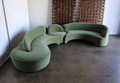 Vladimir Kagan Comete sofa for Roche Bobois, circa This piece has been expertly restored in green mohair. Eclectic Furniture, Dream Furniture, Unique Furniture, Vintage Furniture, Furniture Design, Couch Design, Living Room Sofa Design, Home Living Room, Wrought Iron Chairs