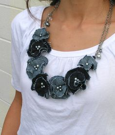 Denim Flower DIY Necklace This DIY fabric necklace is a one-of-a-kind way to recycle old jeans! Textile Jewelry, Fabric Jewelry, Jewellery, Fabric Necklace, Diy Necklace, Seashell Necklace, Necklace Tutorial, Necklaces, Rose Necklace