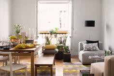 Casa decorada com detalhes amarelos