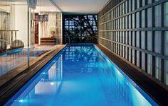 """A casa projetada pelo arquiteto Isay Weinfeld atende ao estilo de vida da moradora. Ela quis uma barra de exercícios de balé e piscina coberta junto à suíte, e não na área externa. """"Enquanto se exercita, ela tem vista através dos elementos vazados"""". Foto: Revista Casa e Jardim"""