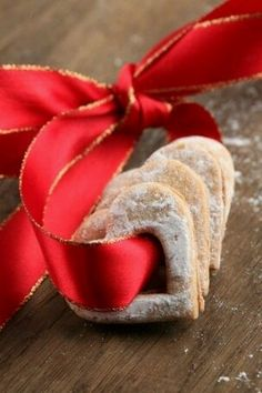 ❊ Red Christmas memories ❊ / cookies tied with red ribbon Christmas Sweets, Christmas Kitchen, Noel Christmas, Christmas Countdown, Christmas Goodies, Christmas Baking, Christmas And New Year, All Things Christmas, Christmas Wedding