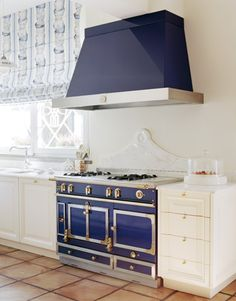 La Cornue blue stove ~ perfect for that Beach House Kitchen And Bath, Kitchen Decor, Kitchen Design, Kitchen Ideas, Kitchen Stove, French Kitchen, Dining Decor, Dining Rooms, Kitchen Appliances