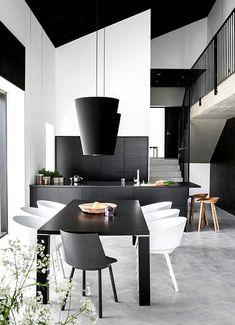 Interior Minimalista en Blanco y Negro –