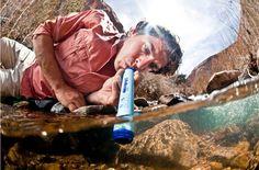 Ein breiter Strohhalm, der 99 % aller Bakterien und Parasiten aus verunreinigtem Wasser filtert. So wird jede Pfütze zum Durstlöscher! Es wirkt schon ein bisschen ironisch, dass etwas so Natürliche…