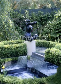 Genial Modern Garden Water Feature, Statue And Hedging