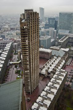 The Barbican, London, built between 1965 and Architects: Chamberlin, Powell and Bon British Architecture, London Architecture, Architecture Details, Modern Architecture, Amazing Buildings, Modern Buildings, Vertical City, Tower Block, Concrete Structure