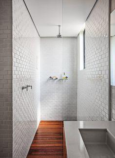 Boxe. Separada por um vidro, essa parte do banheiro também tem paredes revestidas de cerâmica Atlas, além de piso com deque de cumaru. Chuveiro da Deca (Foto: Gui Morelli / Divulgação)