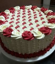 Weave and roses cake - Cake Decorating Dıy Ideen Cake Decorating Designs, Cake Decorating Piping, Cake Decorating Videos, Cake Decorating Techniques, Cake Designs, Decorating Ideas, Pretty Cakes, Beautiful Cakes, Amazing Cakes