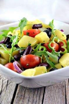 Insalata rustica - patate bollite, rucola, fagioli rossi cotti, pomodori, peperone verde, cipolla di Tropea, olive nere, basilico, olio evo, sale, pepe
