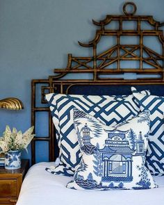 Small Home Decoration Real home: Traditional American design meets Chinoiserie.Small Home Decoration Real home: Traditional American design meets Chinoiserie Chinoiserie Chic, Chinoiserie Fabric, Chinoiserie Wallpaper, Asian Home Decor, Blue And White China, Diy Décoration, White Rooms, White Decor, Beautiful Bedrooms