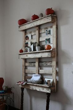 Handmade Pallet Furniture shelves - clever way to upcycle old pallets!