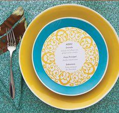 O menu de papel, criado sob medida, pode ficar centralizado no prato
