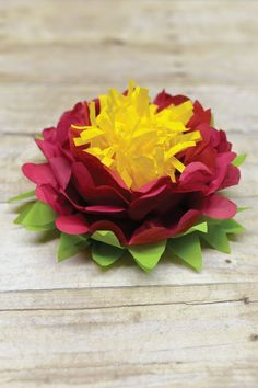 Tri-color tissue paper flowers are easy to make! Perfect simple decorations for weddings, baby showers, bridal showers, and nurseries. Tissue Paper Flowers Easy, Tissue Paper Crafts, Paper Flowers Craft, Paper Flowers Wedding, Paper Flower Tutorial, Giant Paper Flowers, Flower Crafts, Diy Flowers, Paper Crafting