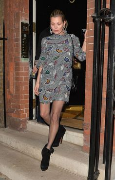 Be a model off duty in Alaia boots like Kate Moss Click 'visit' to buy it now Moss Fashion, Fashion Photo, Fashion Models, Fashion Trends, Casual Chic, Kate Moss Hair, Style Olivia Palermo, Tory Burch, Kate Moss Style