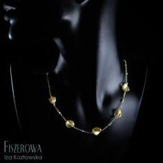 Golden breeze.  Delikatny niczym morska bryza złocony łańcuszek, w który wpleciono płatki szkła Murano oraz drobniutkie, fasetowane apatyty. Długość łańcuszka: 49 cm. Breeze, Pearl Necklace, Pearls, Jewelry, String Of Pearls, Jewellery Making, Beaded Necklace, Jewerly, Pearl Necklaces