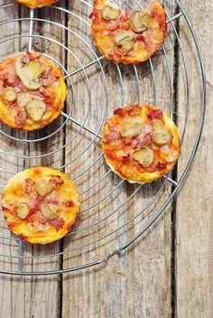 Mini pizza mozzarella bacon et champignon Pizza Mozzarella, Muffin, Food Porn, Brunch, Cooking, Breakfast, Ethnic Recipes, Mini Pizzas, Quiches