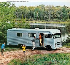 The Camping And Caravanning Site. Try Camping! Are you ready to go camping? Vintage Motorhome, Vintage Rv, Vintage Travel Trailers, Bus Motorhome, Motorhome Living, Vintage Campers, Camping Car, Camping World, Camping Cabins