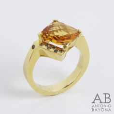 Sterling silver #ring, 18K #gold plated and polished with central top quality hydrothermal #madeira #citrine with #checkerboard style facets, and fourteen 1.25mm diametre brown #zircons #Anillo de plata de ley bañado en #oro de 18 quilates y pulido con #citrino madeira hidrotermal, de alta calidad, de 10x10mm, facetado en talla damero y catorce circonitas brown de 1'25mm de diámetro. #jewellery #jewelry #joyeria #joya #albabayona #antoniobayona #ABline #ABnatural #handmade #artesanal