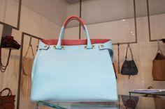 Solo @giancarlopetrig sa giocare così con i colori. MERAVIGLIA!  #bag #borsa #donna #moda #petriglia #fashion #handbag #LeABoutique #Milano