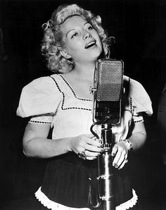 Helen Forrest singing for the G.I.''s in 1945
