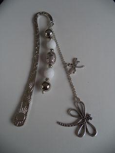 Marque pages argenté agrémenté d'une chaîne argentée, de libellules et de perles métal et blanches facettées : Marque-pages par plumecreative
