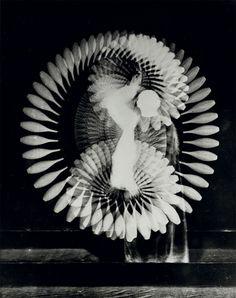 Indian Club Rhythm(1939), by Harold Edgerton, a major pioneer in strobe photography.