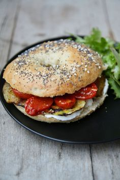 Vegetarian bagel mozzarella eggplant and tomato confit Hot Dog Recipes, Veggie Recipes, Vegetarian Recipes, Healthy Recipes, Cat Recipes, Healthy Meals, Mozzarella, Coffee Drink Recipes, Weird Food