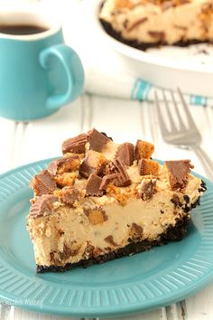 If you love peanut butter, then you're going to love this no bake peanut butter pie stuffed full of peanut butter cups in an Oreo cookie crust. Recipe made with homemade whipped cream (no Cool Whip).graham cracker and cool whip ! Peanut Butter Desserts, Peanut Butter Cups, No Bake Desserts, Easy Desserts, Delicious Desserts, Dessert Recipes, Yummy Food, No Bake Fudge, Fudge Cake