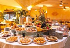 Breakfast Buffet: bagels, jams, fruits, cold cuts, cheeses, pastries?
