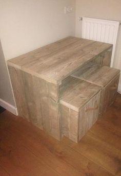 Bekijk de foto van a-choutbewerking.nl met als titel STOER en ROBUUST oud-steigerhouten tafeltje! Met krukjes waar je bijvoorbeeld speelgoed in op kan bergen. Netjes compleet gemaakt met lederen riempjes.  Meer steigerhouten meubelen? Kijk op onze website: a-choutbewerking.nl  A&C houtbewerking... het product NAAR UW WENS! en andere inspirerende plaatjes op Welke.nl.