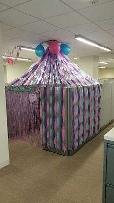 Celebrate - 5 Birthday Cubicle Decorations For Your Office Bestie& Birthday. Cubicle Birthday Decorations, Office Decorations, Cubical Ideas, Office Cube, Office Desks, Office Dividers, Office Cubicles, Car Office, Cube Decor
