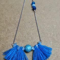 Sautoir turquoise sur fine chaine en acier inoxydable (ne noicit pas) de 64 cm , pendentif courbe de 5 cm , centre une perle