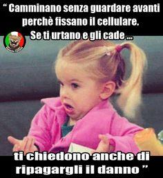 Risarcimenti moderni, camminare con lo smartphone è un rischio. Vignetta e Vignette divertenti in italiano e italiane.