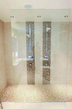 - Dobbeltdusjen gjør at vi slipper å «krangle» om hvem som skal dusje først. Men det beste er den åpne løsningen som gjør at vi slipper det kalde gufset ved døråpningen etter en varm dusj. (Foto: Carl Martin Nordby)